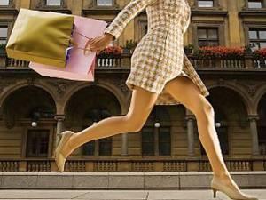 Mersul la cumpărături poate îmbunătăţi pe termen scurt starea de spirit. Foto: CORBIS