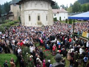Mii de credincioşi au ascultat slujba de sărbătoarea Adormirea Maicii Domnului