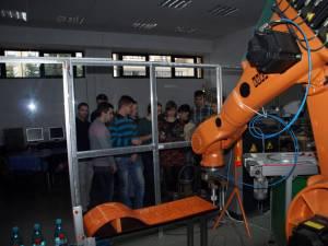 Studenţi în laboratoarele Facultăţii de Inginerie Mecanică. Foto: usv.ro