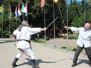 Cavalerii şi scutierii au pus în scenă câteva momente de luptă în care s-a lăsat atras şi sculptorul Mircea Dăneasă