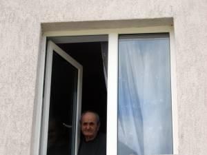 De la geamul azilului de la Valea Putnei, Constantin Harasim se roagă să-şi mai vadă o dată căsuţa