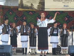"""Adriana Bucevschi, alături de Ansamblul """"Brădulețul"""" din Dorna Arini"""