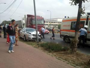 Un şofer care conducea un autoturism Skoda s-a izbit violent de un stâlp de iluminat public după ce a fost acroşat din lateral de un autotractor