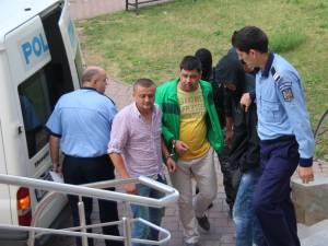 Ionel Curea (stânga) rămâne în continuare în arest, în timp ce poliţistul de frontieră Mihai Gabriel Fodor (dreapta) a fost pus în libertate