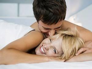 Cuplurile care petrec o noapte pe lună separat au o viaţă sexuală mai picantă