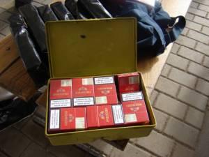 În imobilele şi autoturismele deţinute de cei doi bărbaţi au fost găsite 92 pachete de ţigarete