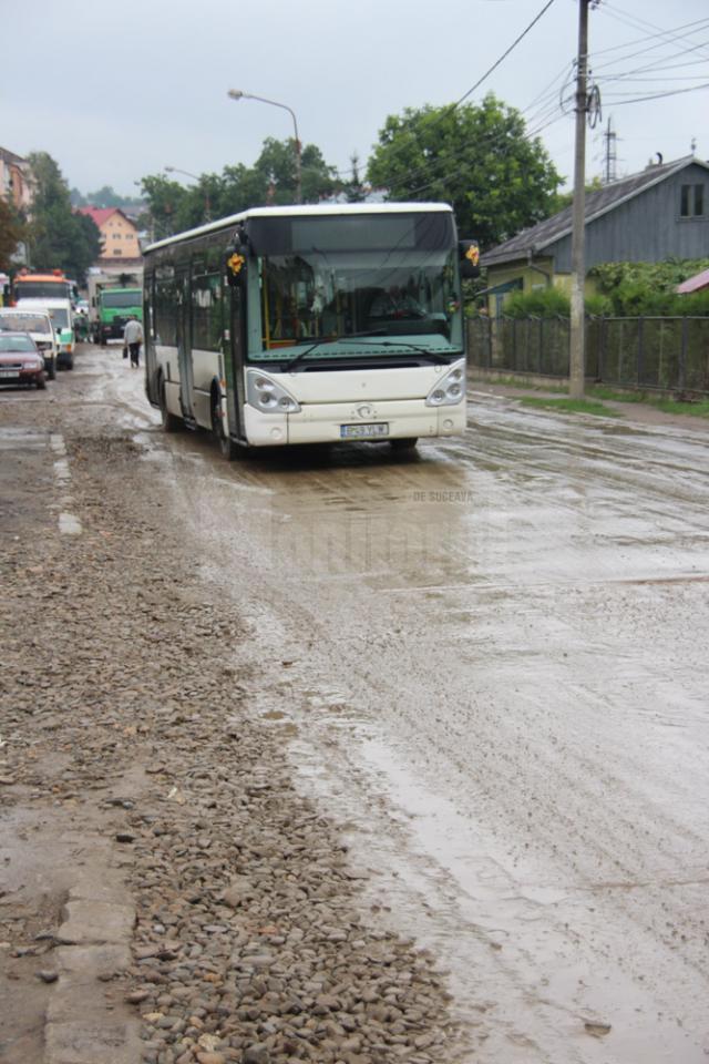 Autobuzele şi microbuzele firmelor de transport local trec zilnic prin şanţurile de pe Cuza Vodă, ceea ce impune reparaţii suplimentare