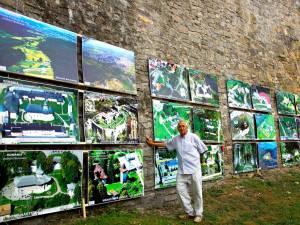 Etalată pe zidurile Cetăţii Hotin, expoziţia este alcătuită din 80 de imagini de mari dimensiuni