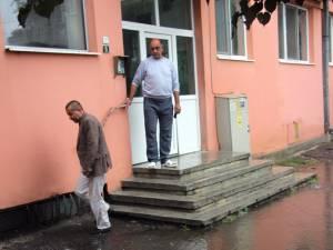 Lacul din faţa blocului 3D, scara A, de pe strada Ana Ipătescu le face probleme locatarilor de ani de zile