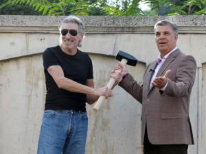 Muzicianul Roger Waters şi preşedintele Camerei Deputaţilor Valeriu Zgonea. Foto: MEDIAFAX