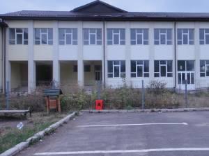 La Rădăuţi, o şcoală cu 12 săli de clasă stă nefolosită după ce constructorul a anunţat că nu va preda cheile decât abia după ce va încasa suma de 3,73 de milioane de lei