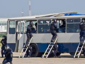 Jandarmii intervin în cazul unui grup infracţional care se deplasează cu un autobuz în care se află ostatici