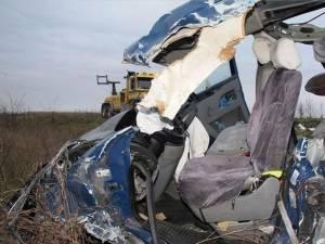 Trei români au murit şi 18 au fost răniţi într-un accident produs vineri dimineaţă în Ungaria, după ce microbuzul în care se aflau a fost implicat într-un accident pe autostrada M5. Foto: MTI