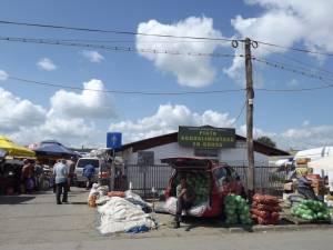 Piaţa angro de la Burdujeni este prea mică pentru numărul mare de comercianţi care vin să îşi vândă produsele