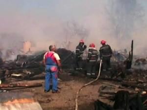 Două case şi hala unei firme de transporturi, mistuite de un incendiu devastator