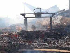 Incendiul foarte puternic a mistuit gospodăriile a doi fraţi şi hala unei societăţi de transport din localitate