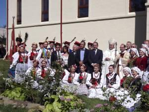 Oficiali polonezi şi membrii ansamblurilor artistice sosite din Polonia, alături de  reprezentanţii Uniunii Polonezilor din România
