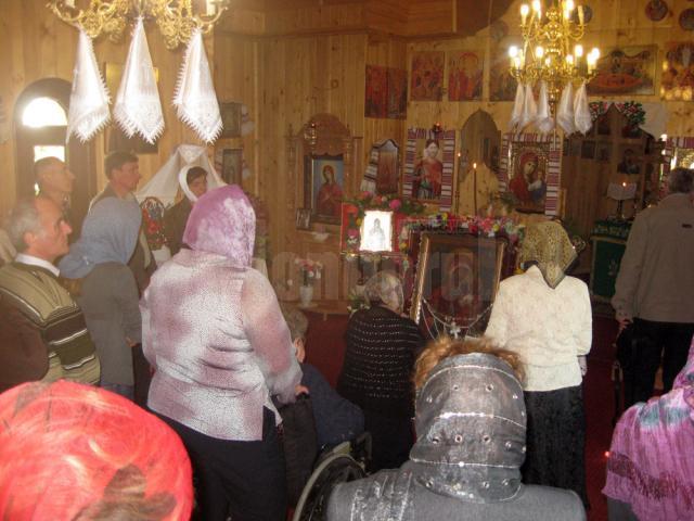 """Zeci de credincioşi s-au închinat ieri la Icoana făcătoare de minuni a Maicii Domnului ,,Odighitria"""", adusă din Ucraina"""
