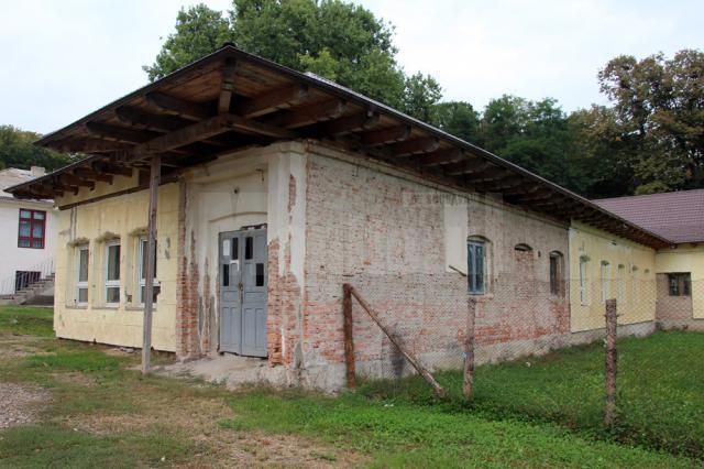 Corpul A al Scolii din Hânţeşti pare o clădire din Evul Mediu