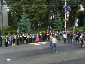 Protestatarii nu au strigat lozinci, afişând doar o mulţime de mesaje care au îndemnat la excluderea violenţei împotriva maidanezilor