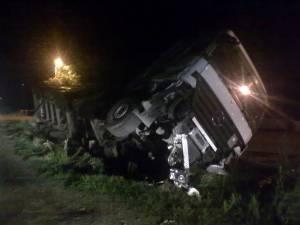 Şoferul autotrenului a frânat pentru a evita impactul cu o maşină din faţă, a intrat pe contrasens şi apoi s-a răsturnat la marginea E 85