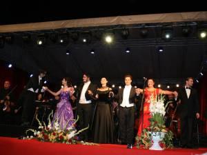 """Concertul """"Simfonii de toamnă"""", ediţia a II-a, susţinut pe esplanada Consiliului Judeţean Suceava de aproape 150 de artişti ai Operei Naţionale Române din Iaşi, a fost un adevărat succes"""