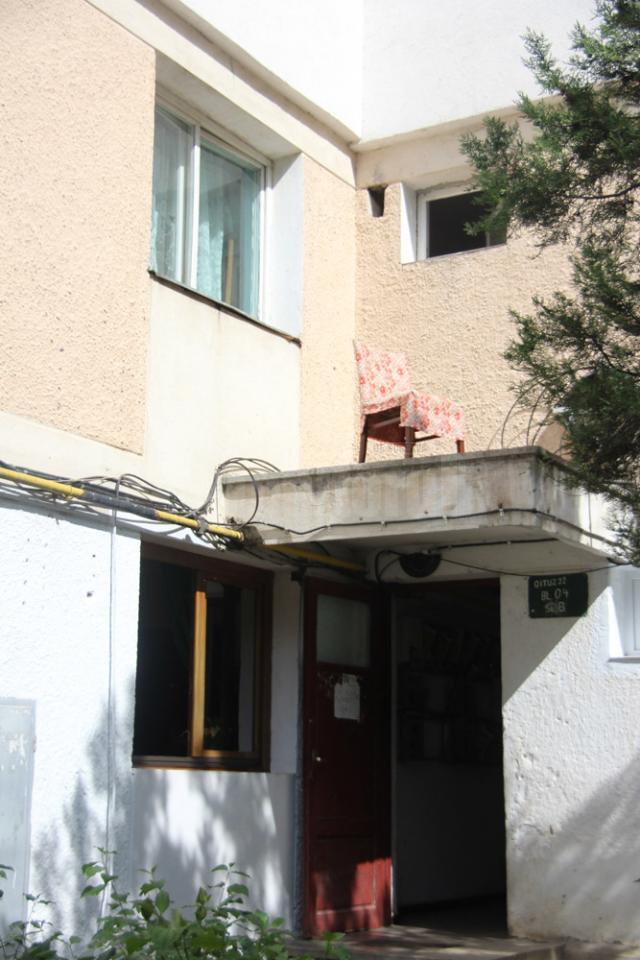 Femeia a ieşit din apartament pe geam, a stat pe scaun, după care a început să strige că se sinucide