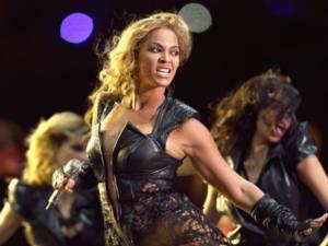 Cântăreaţa Beyonce a fost dată jos de pe scenă şi trasă în mulţime de un admirator al ei