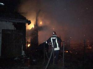 Incendiul a fost violent, fiind înregistrate mai multe apeluri la 112 din cartiere ale Sucevei