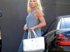 Pamela Anderson, surprinsă într-o ipostază mai puţin obişnuită