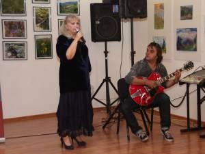 Carmen Agoutin i-a încântat pe cei prezenţi ieri la City Gallery cu câteva piese folk, acompaniată la chitară de Cătălin Onciu