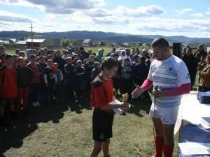 La finalul turneului de la Berchişeşti, tinerii rugbişti au fost premiaţi de organizatori