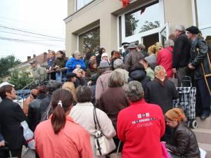 Sediul de primărie din Burdujeni, luat cu asalt de beneficiarii ajutoarelor alimentare de la UE