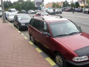 Calea Obcinilor s-a transformat într-un soi de piaţă de maşini la mâna a doua