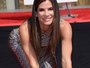 Sandra Bullock şi-a lăsat amprentele în cimentul de la Hollywood