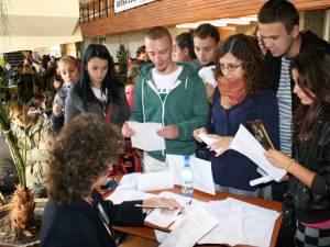 Aglomeraţie la biroul la care se vizau carnetele de şomaj ale tinerilor