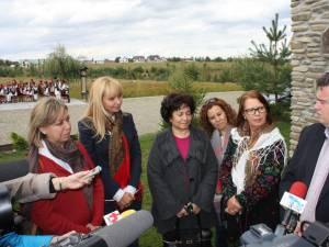 Cătălin Nechifor, alături de Daciana Sârbu şi o parte din diplomaţii care au vizitat Bucovina