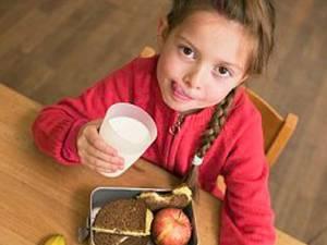 Părinţii trebuie să se asigure că cei mici consumă două - trei fructe zilnic