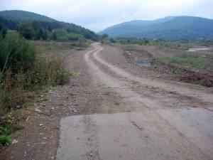 Porţiunea de drum care a fost ruptă de ape în 2010