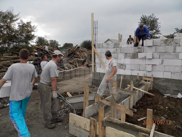 Casele au fost ridicate în trei săptămâni după ce, zilnic, au lucrat peste 50 de oameni