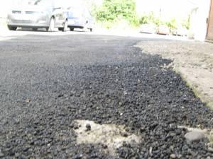 """Treabă de mântuială în Rădăuţi, unde asfaltul turnat în urmă cu o săptămână a început deja să se transforme în """"mălai"""""""