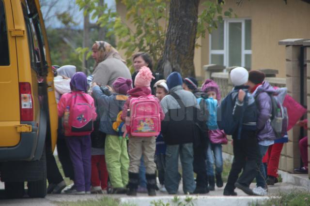 La o singură cursă, microbuzul şcolar din Fântâna Mare transportă de două ori mai mulţi elevi decât prevede legea