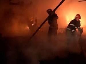 Pompierii au intervenit la patru incendii puternice care s-au înregistrat în mai puţin de 24 de ore