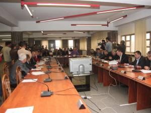 Şedinţa de ieri a Consiliului Local a durat aproape două ore, la finele cărora nu s-a luat nici o decizie concretă privind asigurarea căldurii populaţiei