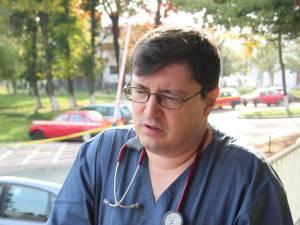 Medicul urgentist Tiberius Brădăţan, de la Spitalul Suceava, a făcut ieri front comun cu colegii săi