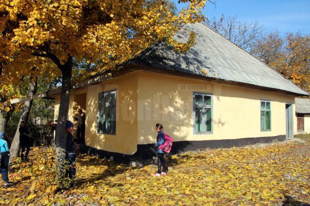 Construită în 1894, şcoala adăposteşte 2 săli de clasă