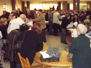 Aproximativ 5.000 de cereri au fost înmânate vineri reprezentanţilor asociaţiilor de proprietari din oraş