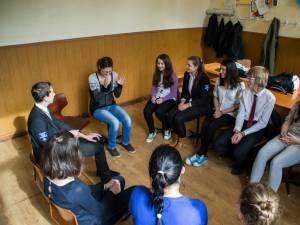 """O studentă din Polonia face voluntariat la Colegiul Naţional """"Eudoxiu Hurmuzachi"""", învăţându-i pe elevi limba germană"""