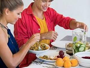 Bărbaţii care consumă zilnic mezeluri şi carne procesată au şanse mai mici să procreeze