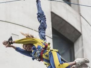 Beyonce a făcut bungee jumping de pe cea mai înaltă clădire din emisfera sudică